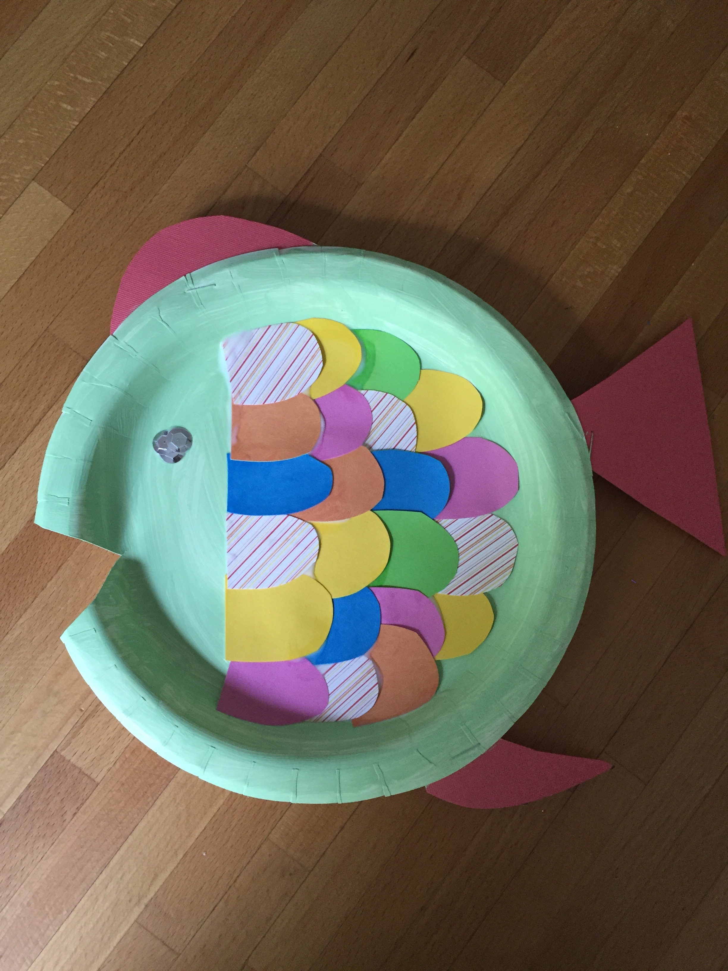Using regular glue I glued the scales onto the fish added sparkles for eyes and made sure a mouth was cut in the paper plate. These look really cute on ... & DIY: Ocean Classroom Crafts | Pearls u0026 Postcards
